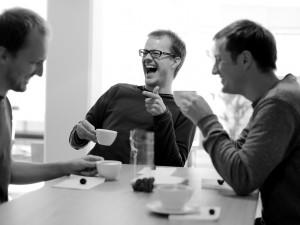 hombres tomando cafe